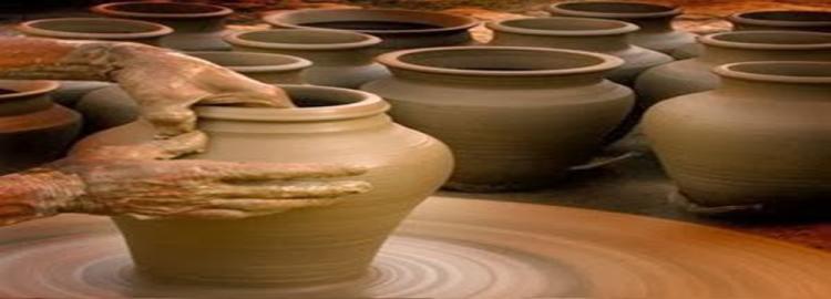 vaso na mão do oleiro