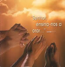 mãos erguidas em oração